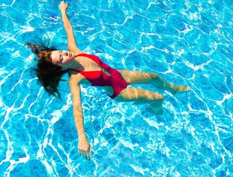 Умеренные занятия плаванием быстрее восстановят движения в суставе
