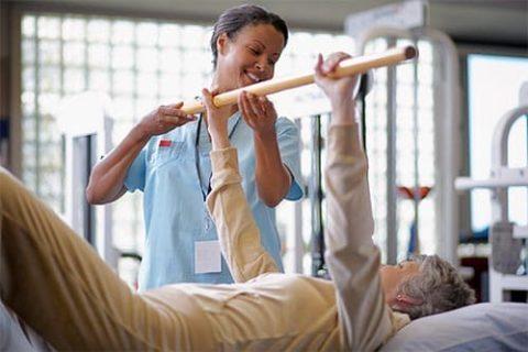 Упражнения начинают выполнять в положении лежа на спине