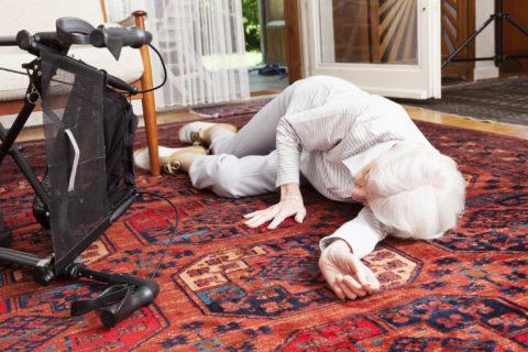 Боковой перелом ребер может произойти в результате падения, у пожилых людей даже с небольшой высоты.