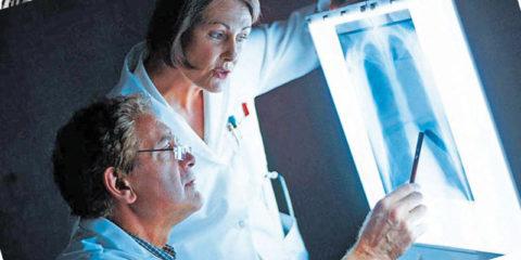 Есть ряд случаев, когда при лечении перелома ребер, может понадобиться внеплановая экстренная консультация специалистов.