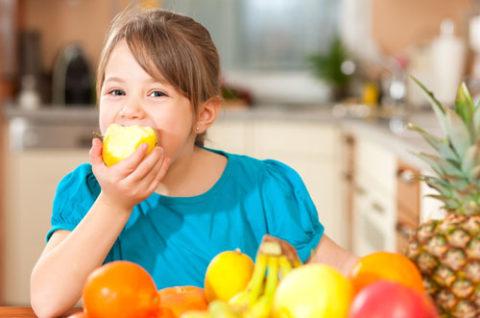 Максимально разнообразьте детский рацион свежими любимыми фруктами