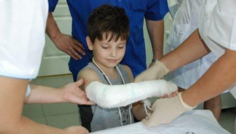 Дети повреждают кости рук намного чаще, чем ног