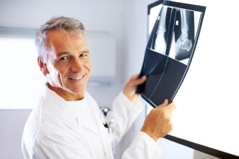 Для уточнения диагноза выполняется рентген в 2-х (иногда в 3-х) проекциях