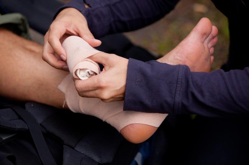Наложение эластичного бинта при переломовывихе голеностопа