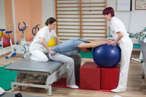 Первоначально, все упражнения подбираются и выполняются с врачом или инструктором
