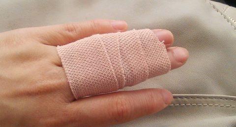 Повязка для фиксации травмированного пальца с закрытым краевым переломом