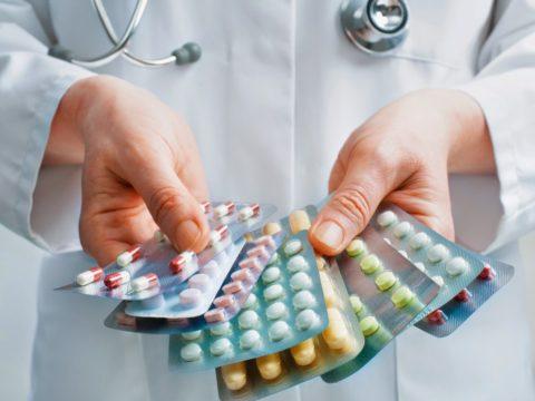 В зависимости от сложности травмы доктор назначает ряд препаратов.