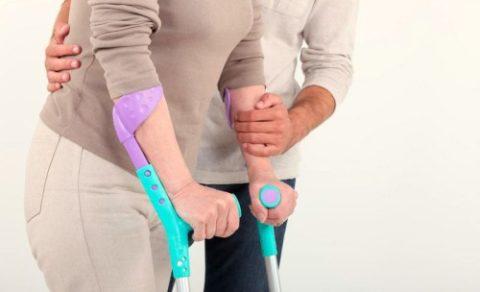 Врач обязан научить пациента ходить с разными видами костылей