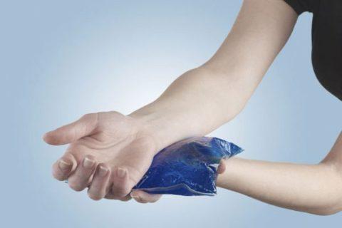 Чтобы уменьшить боль и отек после травмы необходимо приложить что-то холодное.