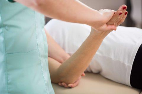 Лечебную гимнастику сначала проводит врач