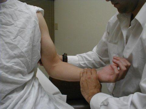 Осмотр и пальпация руки травматологом