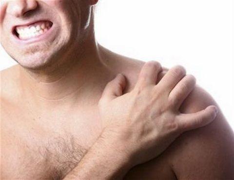 Основной признак перелома плечевой кости – это резкая жгучая боль в области удара.