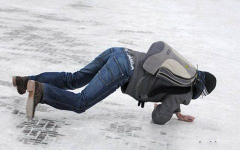Падение на скользкой дороге – одна из частых причин перелома плечевой кости.