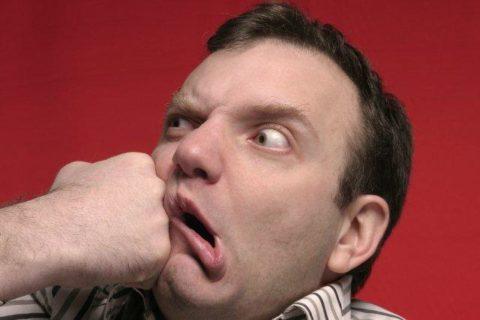 Перелом челюсти может быть получен в результате травмы, например, сильного удара.