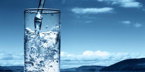 Пожилым людям особое внимание надо уделить нормализации питьевого баланса