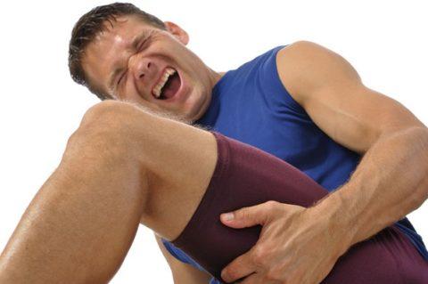 При переломе шейки бедра в молодом возрасте пострадавшие часто испытывают нестерпимую боль.