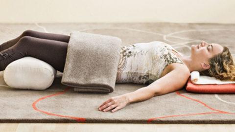 Шавасана комфортна с валиком под коленями, поясницей и шеей