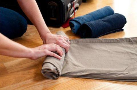 В качестве фиксатора для конечности можно использовать подручные средства, например, элементы одежды.