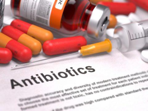 Антибиотики всегда назначают при открытых переломах, а также после проведения хирургического вмешательства.
