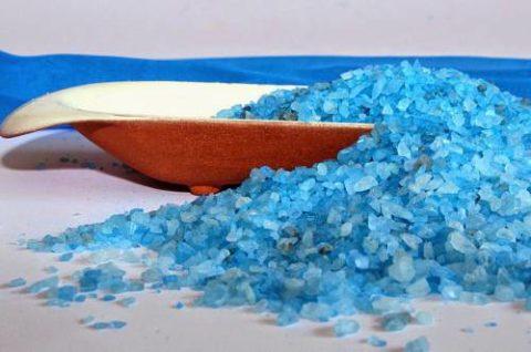 Лучше отдать предпочтение чистой, неокрашенной соли.