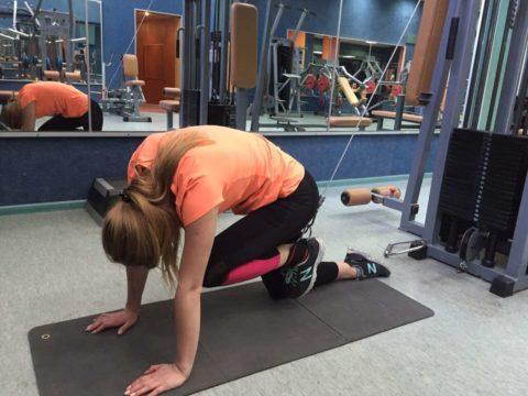 На фото показано упражнение, которое выполняется после перелома позвоночника