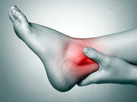 Первое время после снятия гипса любая нагрузка на ногу сопровождается неприятными ощущениями в суставе