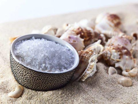 По доступной цене в аптеке и магазинах косметики можно приобрести морскую соль.