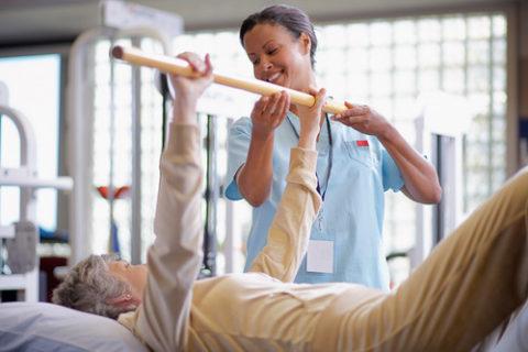 По мере выздоровления пациенту необходимо увеличивать физическую активность.