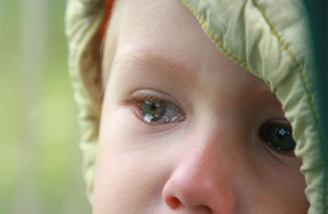 Ребенок испуган и плачет