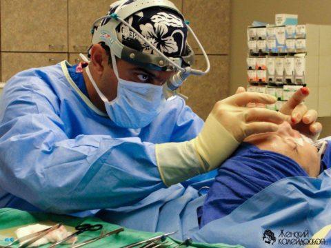 Травматолог в момент проведения репозиции костных отломков