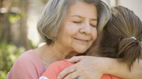 Убедите пожилого больного родственника, что, невзирая на травму, он нужен и любим!