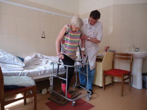 Возрастным пациентам легче начинать ходить с ходунками-каталками, чем с костылями