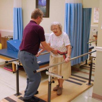 Вставать и выполнять упражнения после перелома шейки бедра можно только с разрешения доктора.