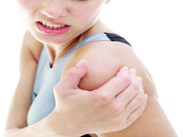 Болит плечо у женщины