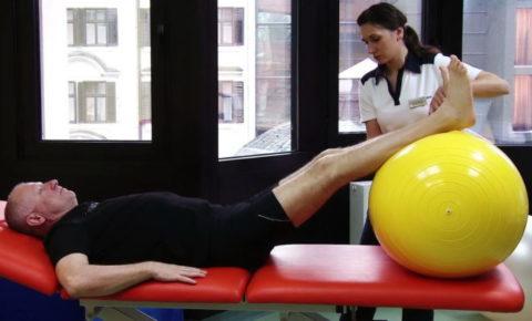 Упражнение для конечностей с мячом