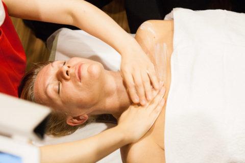 Применение лечебных гелей, мазей, масел усилят эффект от массажа
