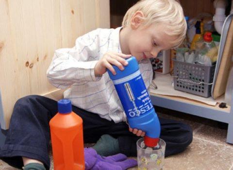 Игры ребенка с моющими средствами