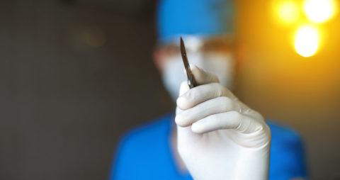 При прогрессировании воспалительного процесса и развитии осложнений без оперативного вмешательства не обойтись.