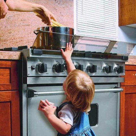 Ребенок у плиты