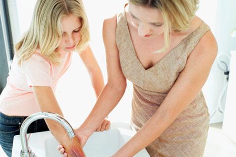 Смывать химическое вещество до приезда врача