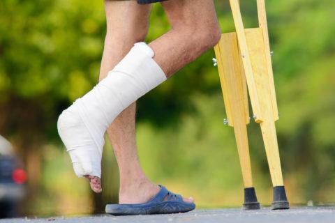 Хождение на костылях с опорой на больную ногу – один из этапов выздоровления