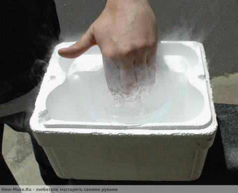 Иногда холодовой ожог может быть получен вследствие воздействия жидкого азота.