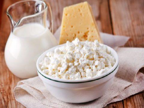 Молоко, творог, сыр - продукты с большим содержанием кальция, необходимого для регенерации костных тканей.