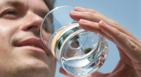 На протяжение всего лечения надо каждый день пить от 2 до 2,5 л чистой воды без газа