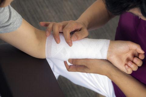 Область ожога нужно прикрыть стерильной повязкой или салфеткой