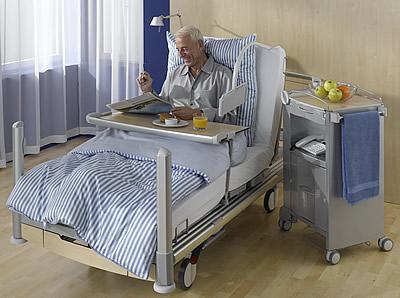 Обустройство постельного места столиком для обеда и досуга