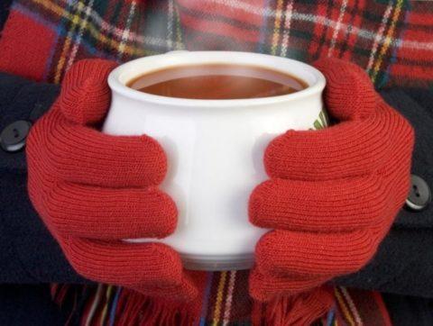Пострадавшему от холода рекомендуют теплое питье.