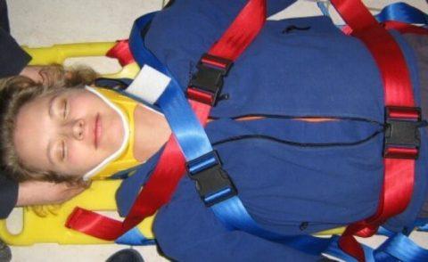 Правильное положение пострадавшего с подозрением на травму шеи