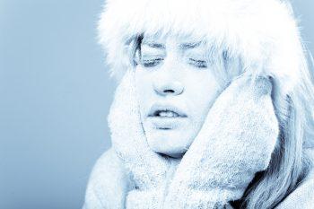 При начальных стадиях холодовых повреждений кожа становится бледной.