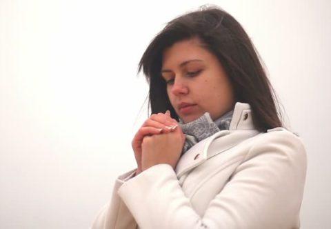 Шапка, шарф и перчатки – необходимые аксессуары в холодное время года, которые защитят кожные поверхности от повреждений.